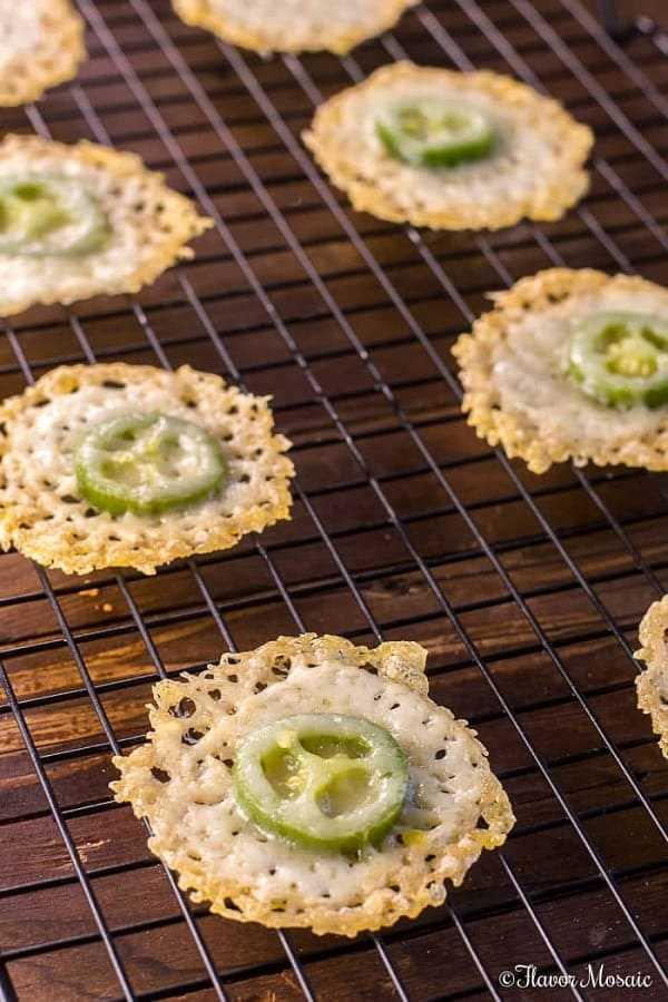 Chips de jalapeño y parmesano sobre una rejilla para enfriar