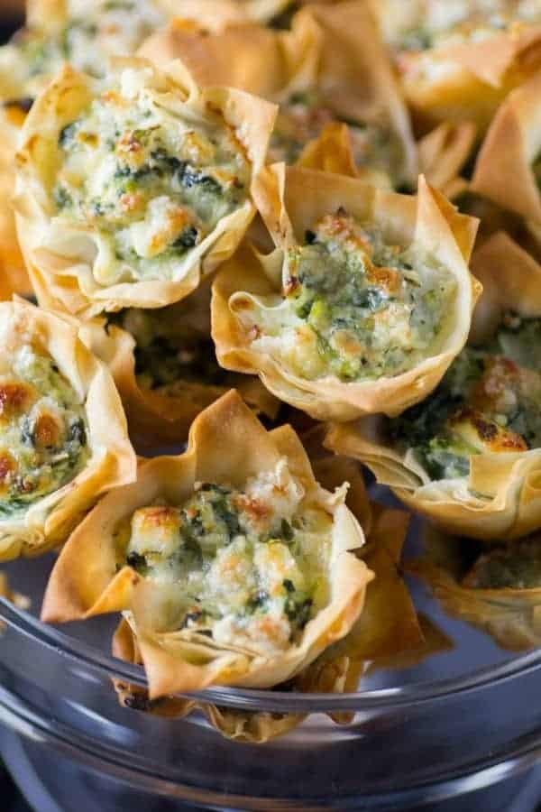 Tartas de Spanakopita en un plato de servir de vidrio de 18 Recetas de aperitivos fáciles de fiesta caliente