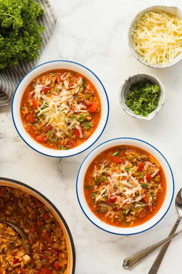 sopa de pimientos rellenos en tazones