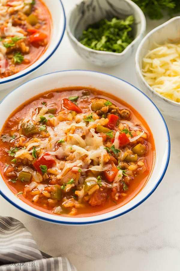 sopa de pimientos rellenos en un tazón blanco