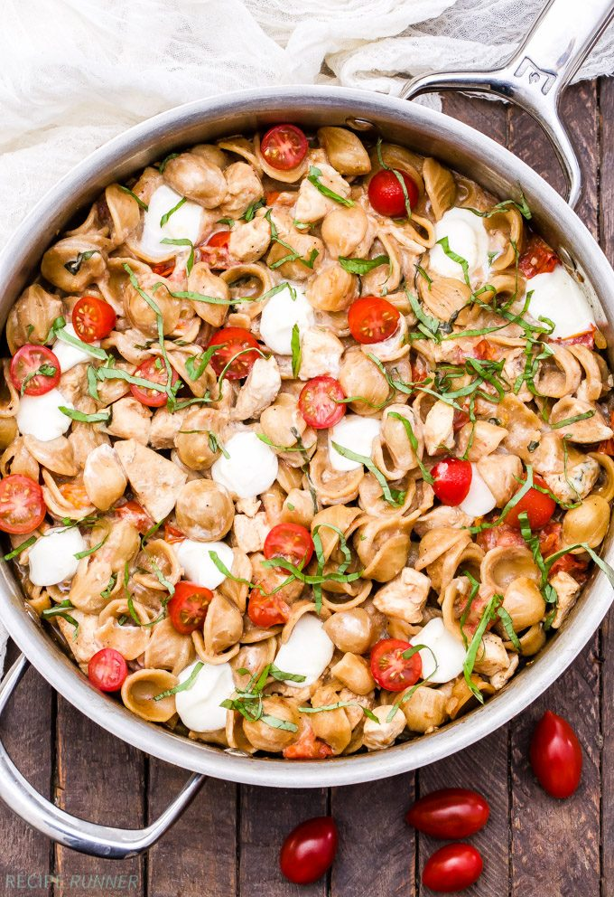 One Pot Caprese Chicken Pasta en sartén