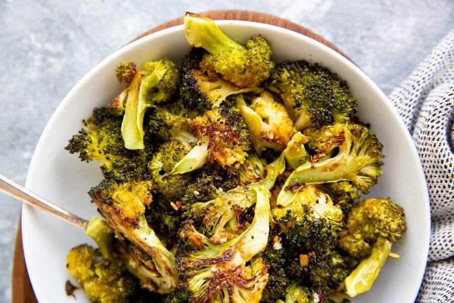 plato blanco relleno de brócoli asado