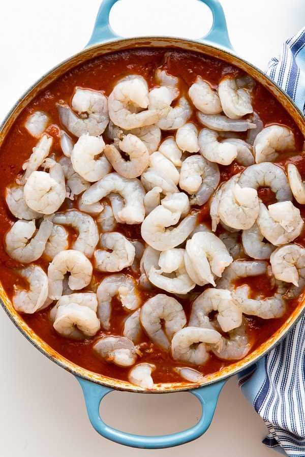 Cocción criolla de camarones (camarones crudos encima de la salsa)