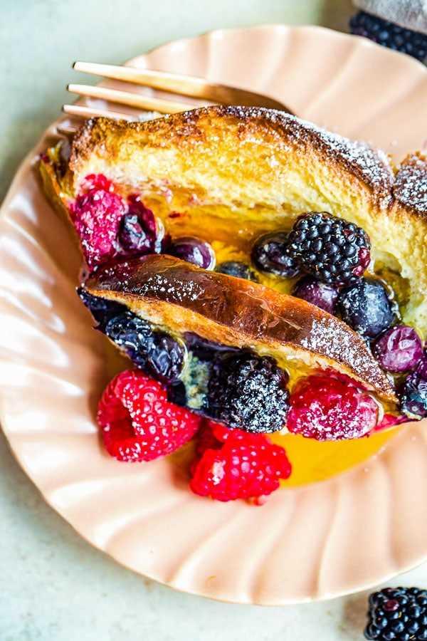 Tostada francesa hecha con pan jalá y bayas frescas