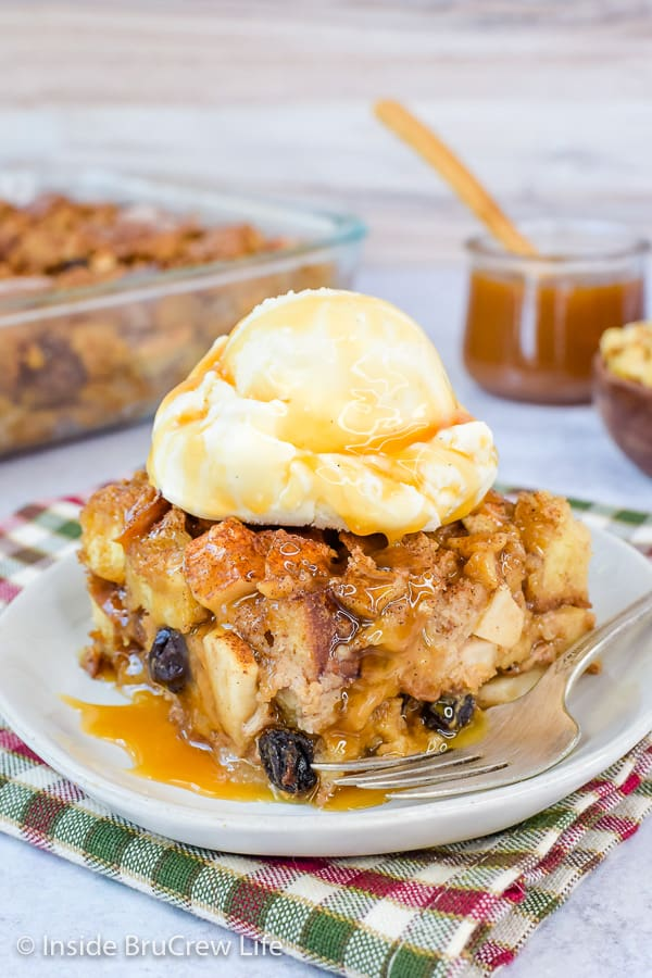 Budín de pan de manzana fácil: sirva este budín de pan caliente con caramelo y helado de vainilla. ¡Esta receta fácil es el postre perfecto para el otoño! #apple #pudin de pan #caída #desierto