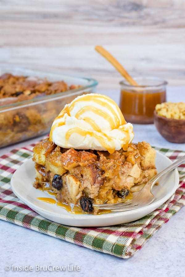 Budín de pan de manzana fácil: el budín de pan con manzanas, nueces y pasas es un excelente desayuno o postre. ¡Haz esta receta fácil y sírvela con caramelo y helado! #apple #pudin de pan #caída #desierto