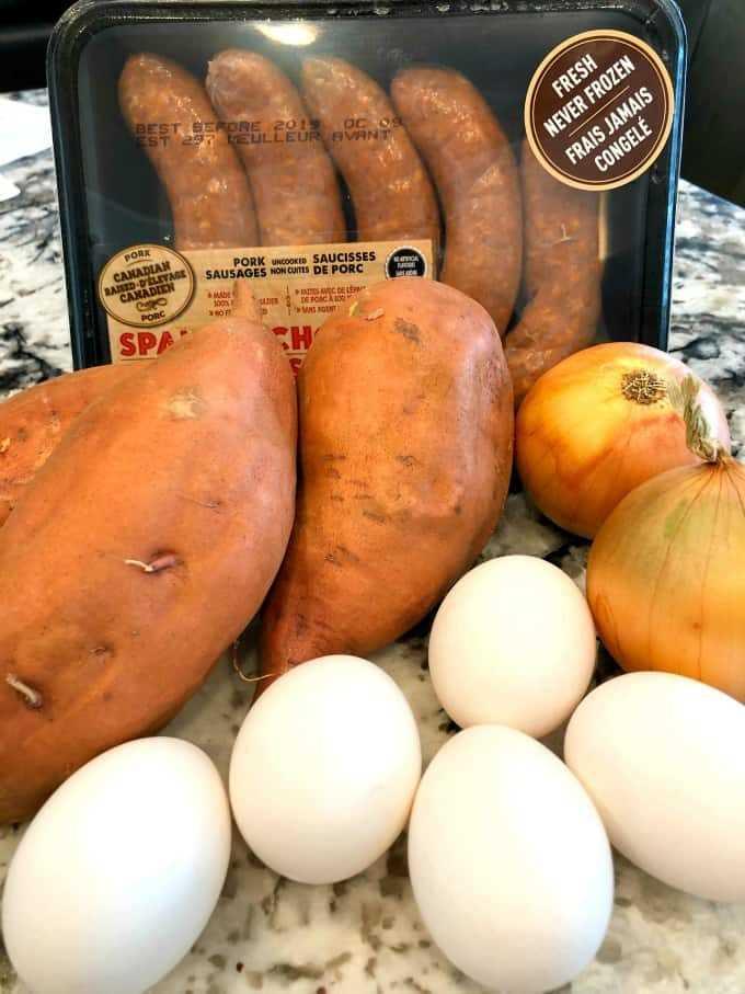 Huevos, cebollas, batatas y chorizo.