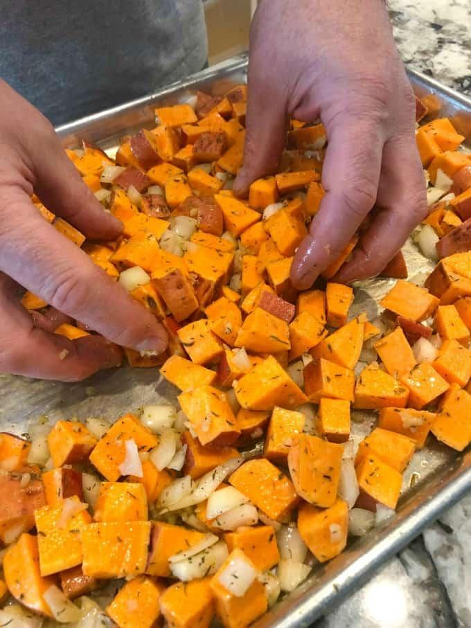 Echar la mezcla de cebolla y camote en una bandeja para hornear