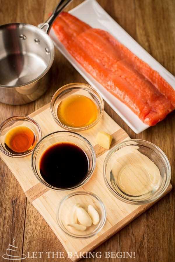 Todos los ingredientes necesarios para hacer la receta de salmón glaseado con ajo y jengibre.