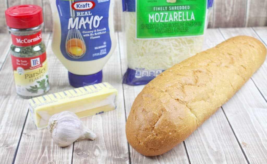 Pan francés, queso mozzarella, mayonesa, mantequilla y ajo.