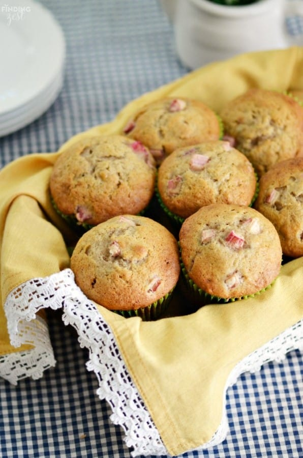 Muffins de ruibarbo y plátano en una cesta