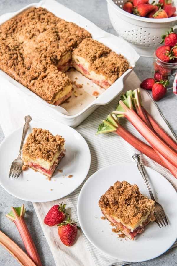 Pastel de café con ruibarbo de fresa servido en platos blancos