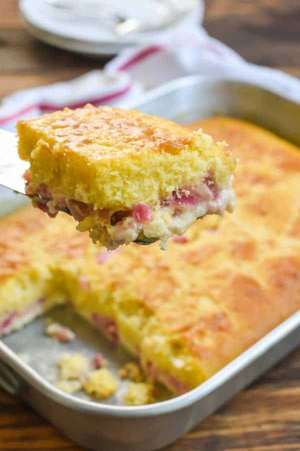 Sirviendo pastel de crema de ruibarbo fácil