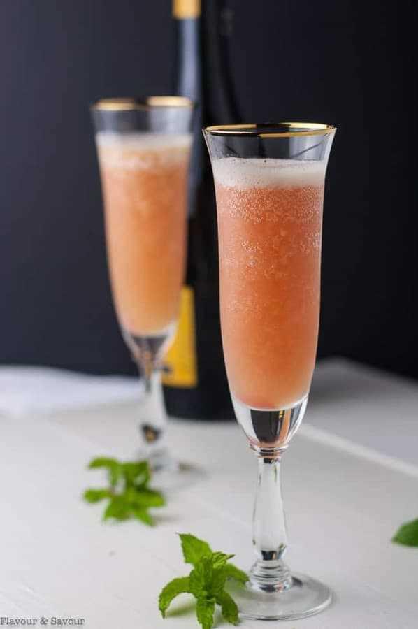 Ruibarbo Bellini Prosecco Cocktail en copas de champán