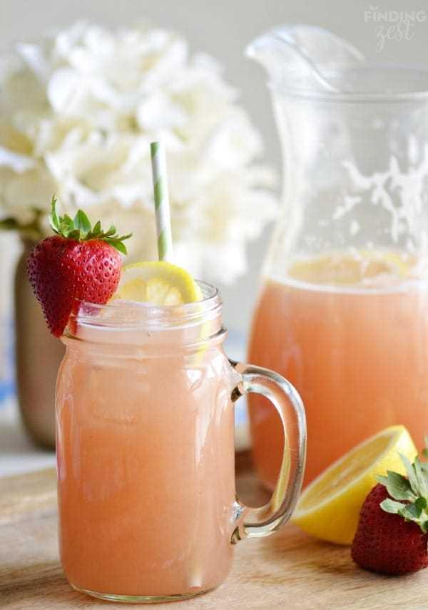 Limonada casera de ruibarbo de fresa en una taza de tarro de albañil