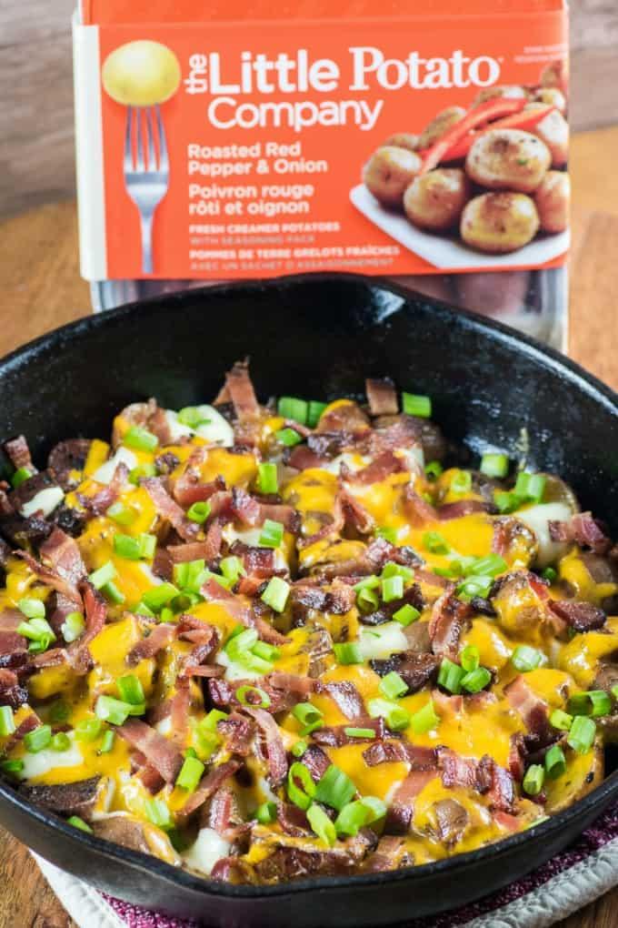 Camfire {Grill} Papas fritas caseras en una sartén de hierro fundido con The Little Potato Product en la parte posterior