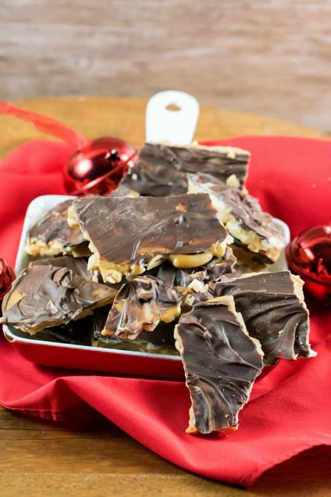 Caramelo de chocolate casero en una bandeja pequeña