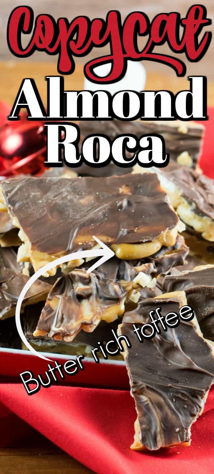 Este Copycat Almond Roca tiene un caramelo rico en mantequilla con almendras tostadas en la parte inferior y chocolate semidulce y blanco en la parte superior. #copycat #almondroca