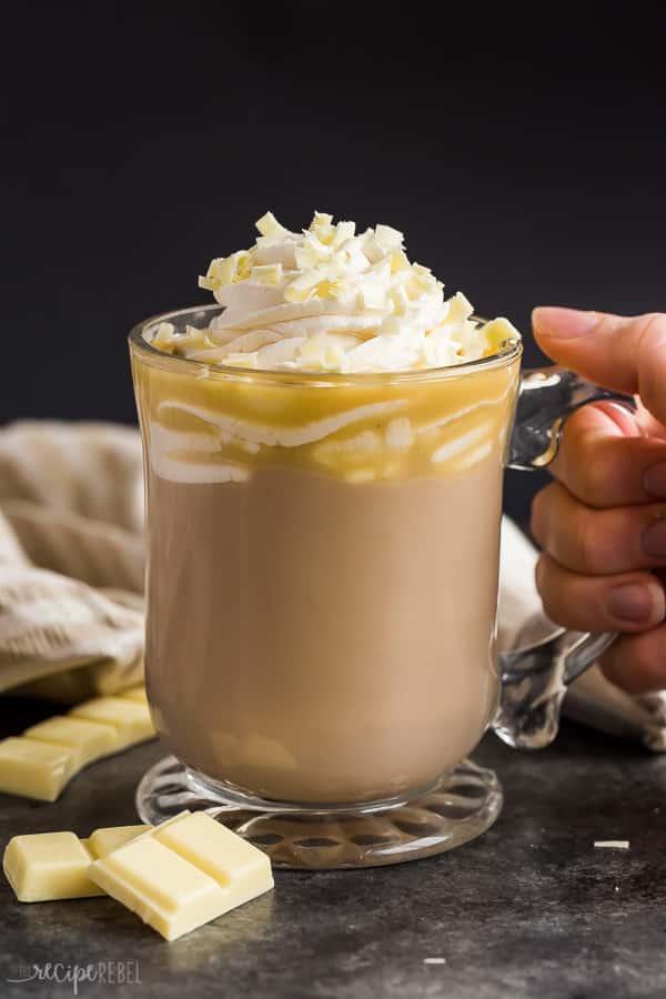 moca de chocolate blanco en taza de vidrio