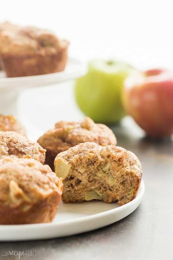 bocado de muffins de manzana y canela