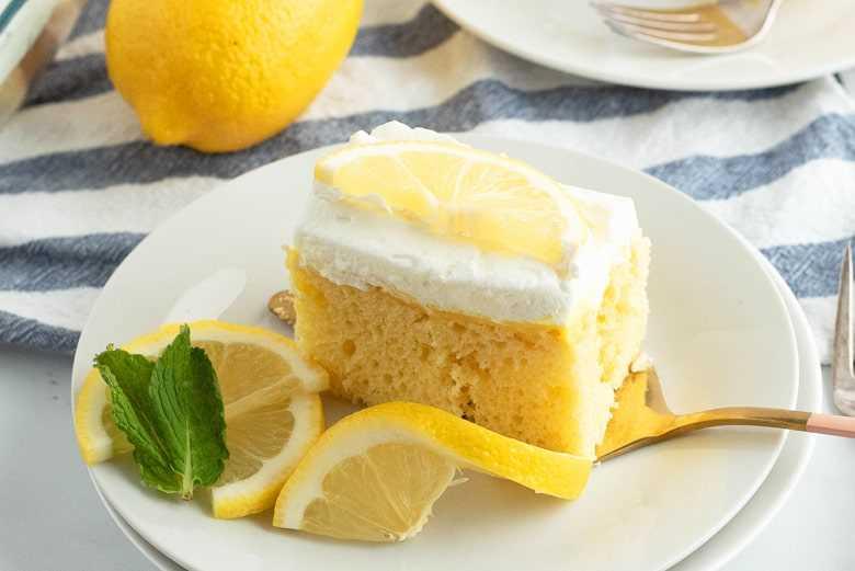 Rebanada de pastel de limón con hojas de menta