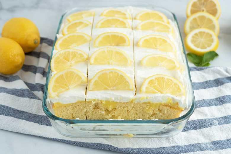 Pastel de limón poke decorado con rodajas de limón fresco