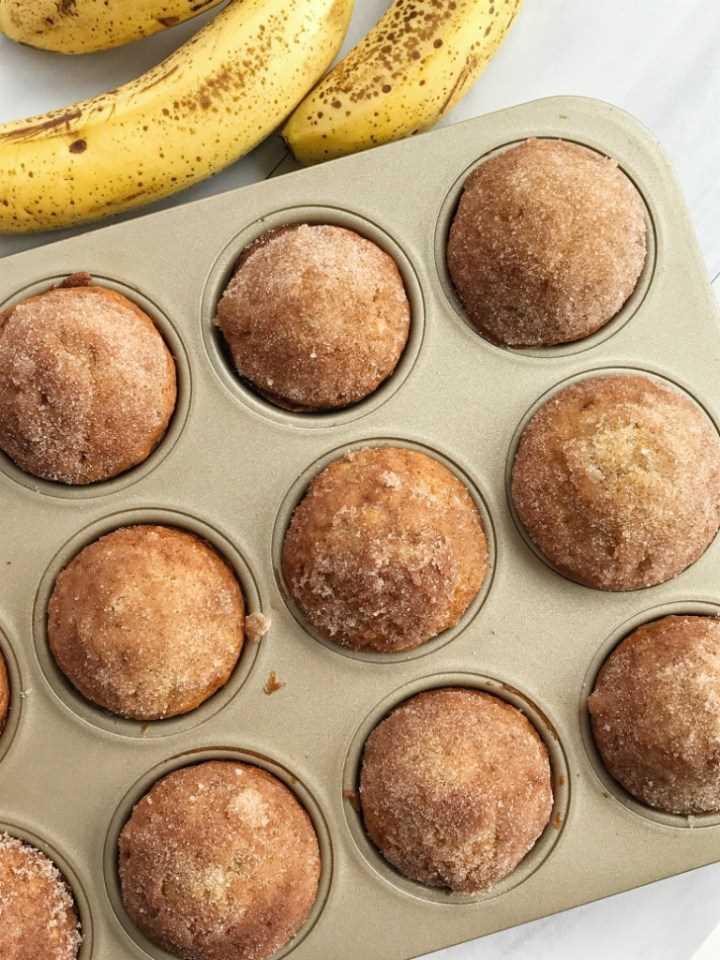 ¡Los panecillos de pan de plátano y canela saben a pan de plátano en forma de panecillo! Son perfectamente ligeros y húmedos, cargados de sabor a plátano y se hornean maravillosamente cada vez. Cubierto con mantequilla y un dulce crumble de canela.