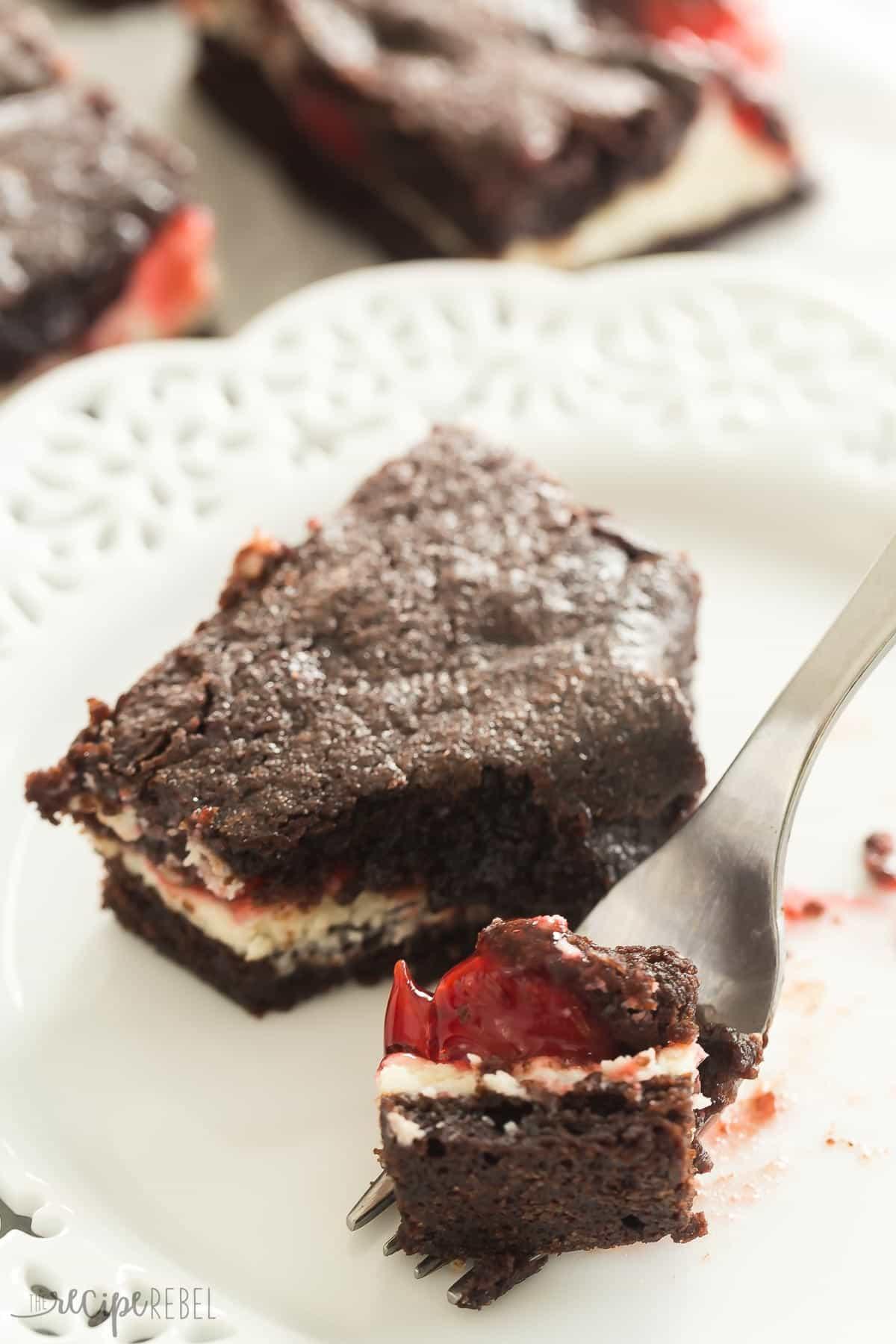 Estos brownies de tarta de cereza comienzan con brownies caseros rellenos de tarta de queso y tarta de cereza. ¡Son los MEJORES brownies! El | receta de brownie | receta de postre | receta de tarta de queso | queso crema | relleno de pay