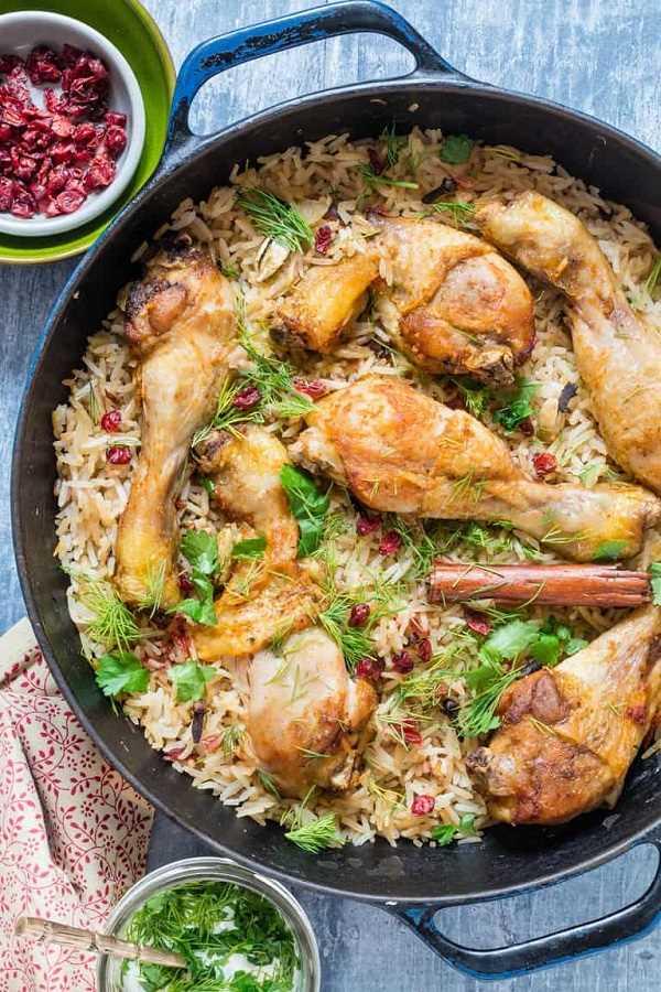 Una olla de pollo y arroz con cebolla caramelizada en una sartén