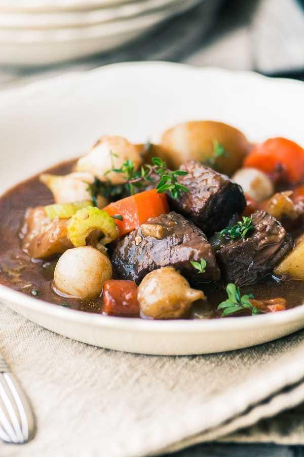 La mejor carne de res instantánea Bourguignon en un tazón blanco