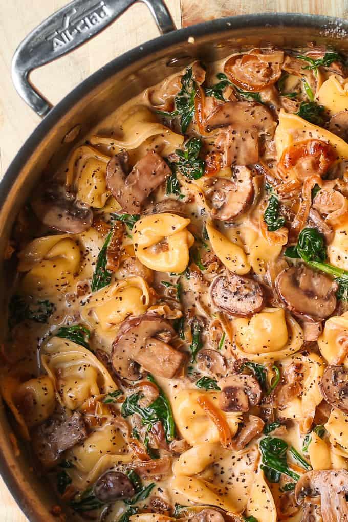 Tortellini cremoso de champiñones y espinacas con cebolla caramelizada