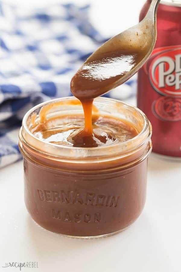 ¡Esta salsa barbacoa casera de Dr Pepper es dulce, pegajosa y es excelente para pollo a la parrilla, carne de res, cerdo o cualquier cosa! Salga de la tienda comprada y haga su propia salsa de barbacoa casera, ¡es más fácil de lo que piensa! ¡Perfecto para hacer que el Dr. Pepper haya jalado cerdo! #bbq # parrillada # salsa de bbq # receta # recetas