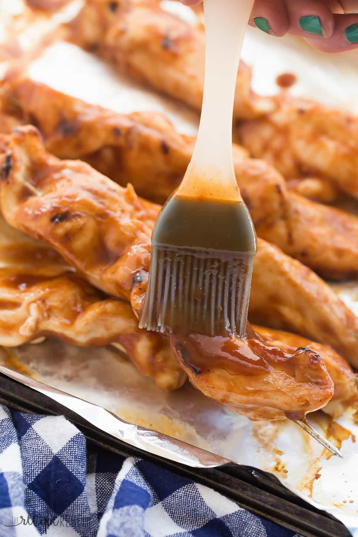 ¡Esta salsa de barbacoa casera Dr. Pepper es dulce, pegajosa y es excelente para pollo a la parrilla, carne de res, cerdo o cualquier cosa! ¡Salga de la tienda compró salsas para barbacoa y haga las suyas! thereciperebel.com