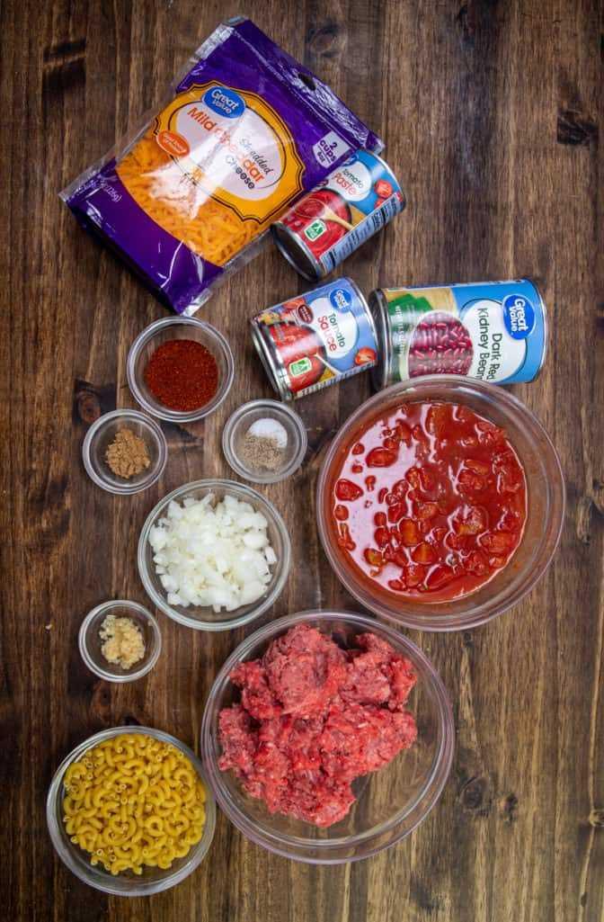 fideos de pasta macarrones, carne molida, cebolla, ajo, frijoles, tomates picados, salsa de tomate, pasta de tomate, chile en polvo, comino molido, sal y pimienta, queso cheddar rallado