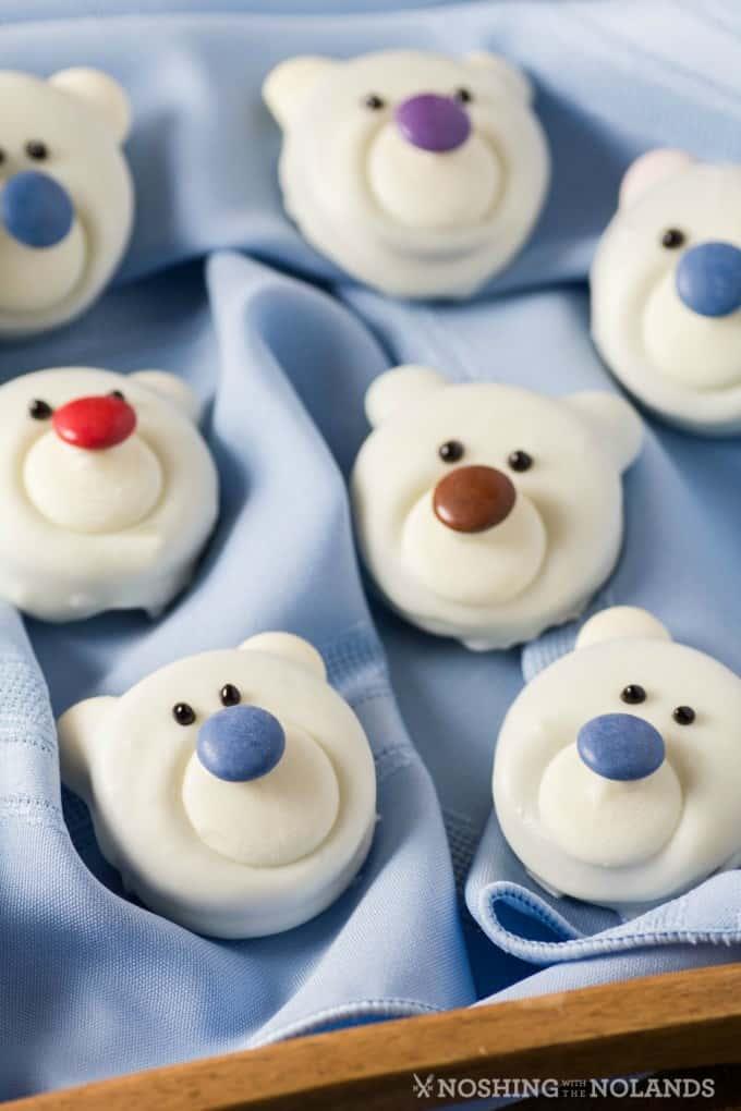Oso Polar Cookies en una servilleta azul pálido en una bandeja