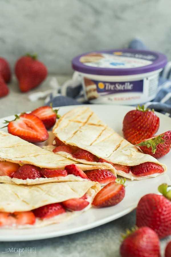 Quesadillas de fresa en plato blanco