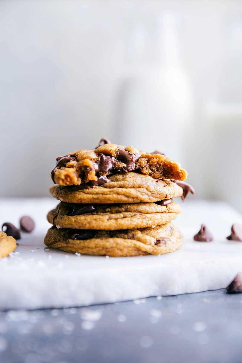 Imagen de las galletas de calabaza con chispas de chocolate apiladas una encima de la otra con la parte superior con un mordisco