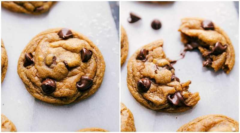 Imagen de arriba de una de las galletas con chispas de chocolate de calabaza recién salidas del horno con una de las galletas divididas por la mitad