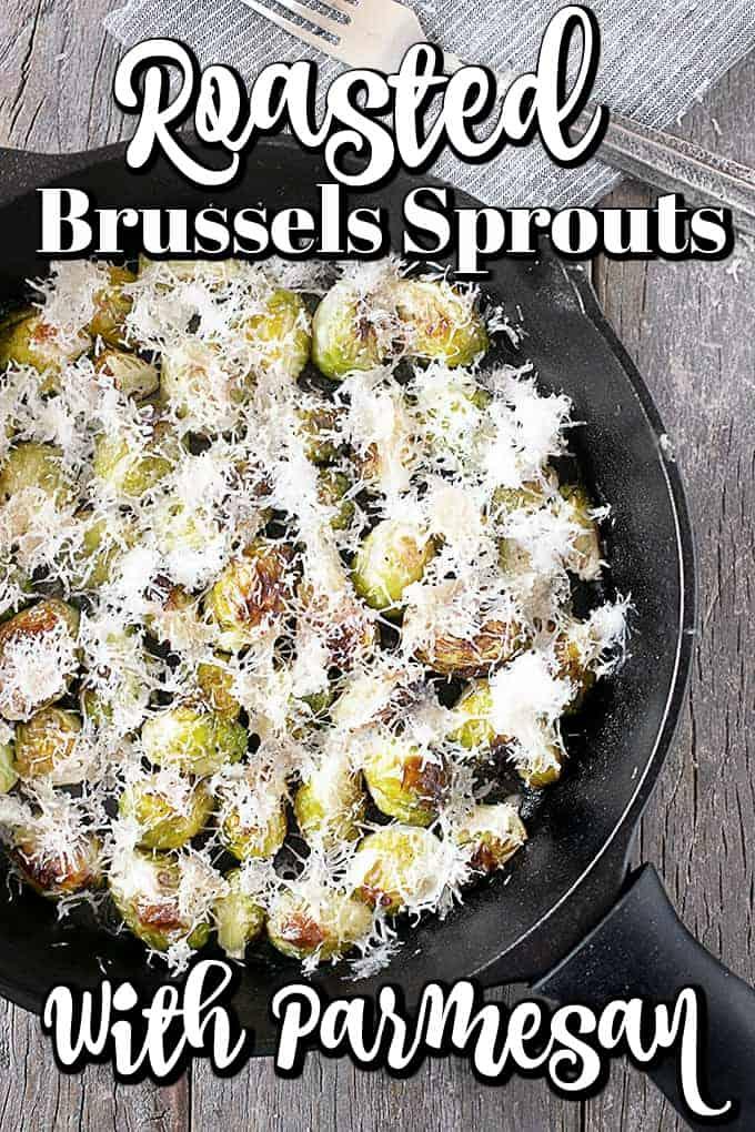 ¡Esta receta de coles de Bruselas asadas con parmesano es un acompañamiento fácil que será perfecto con tantas comidas! #Brusselssprouts #sidedish #Parmesano