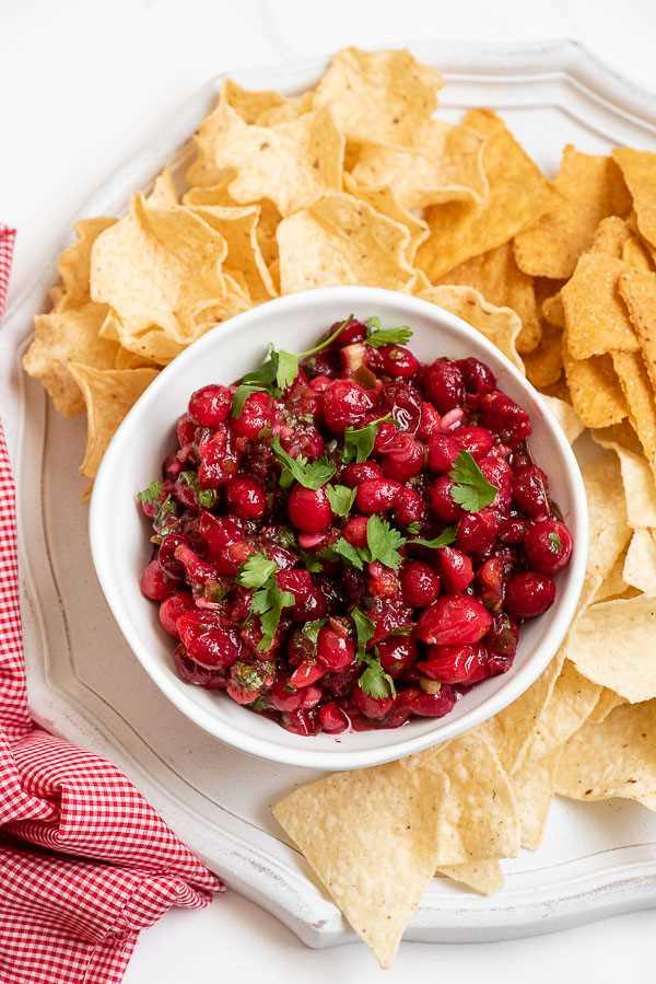 Salsa de arándanos con hojas de cilantro y chips de tortilla