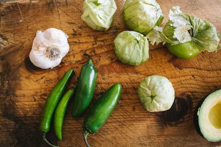 ajo jalapeños serranos tomatillos aguacate para hacer salsa de guacamole o salsa de guacamole