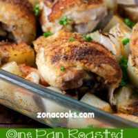 Jantar de frango e legumes grelhados em uma frigideira para dois
