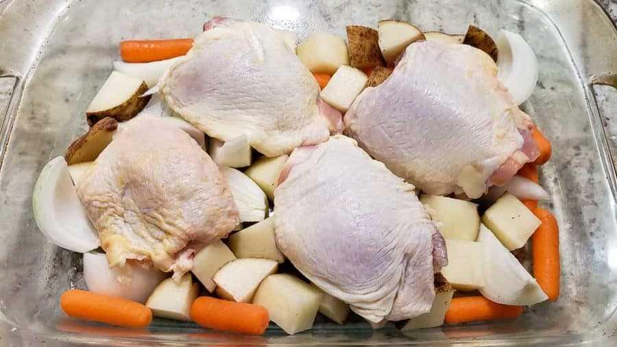 """coxas de frango e legumes em uma assadeira """"srcset ="""" https://cdn1.zonacooks.com/wp-content/uploads/2020/02/One-Pan-Roasted-Chicken-and-Veggies-Dinner-for- Dois- 4-900x507.jpg 900w, https://cdn1.zonacooks.com/wp-content/uploads/2020/02/One-Pan-Roasted-Chicken-and-Veggies-Dinner-for-Two-4-500x282 .jpg 500w, https://cdn1.zonacooks.com/wp-content/uploads/2020/02/One-Pan-Roasted-Chicken-and-Veggies-Dinner-for-Two-4-768x432.jpg 768w, https : / /cdn1.zonacooks.com/wp-content/uploads/2020/02/One-Pan-Roasted-Chicken-and-Veggies-Dinner-for-Two-4-320x180.jpg 320w, https: // cdn1. zonecooks. com / wp-content / uploads / 2020/02 / Um-Pan-assado-frango-e-legumes-Jantar-para-dois-4-480x270.jpg 480w, https://cdn1.zonacooks.com/wp-content /uploads/2020/02/One-Pan-Roasted-Chicken-and-Veggies-Dinner-for-Two-4-720x405.jpg 720w, https://cdn1.zonacooks.com/wp-content/uploads/2020/ 02 / Um-pan-assado-frango-e-legumes-jantar-para-dois-4-735x414.jpg 735w, https://cdn1.zonacooks.com/wp-content/uploads/2020/02/One-Pan -Asado-Ch icken-and-Veggies-Dinner-for-Two-4.jpg 1000w """"size ="""" (largura máxima: 900px) 100vw, 900px"""