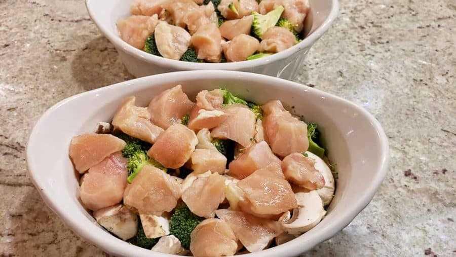 """pollo cortado en cubitos sobre verduras en dos platos """"srcset ="""" https://cdn1.zonacooks.com/wp-content/uploads/2020/02/Easy-Chicken-and-Rice-Bake-Dinner-for-Two-7- 900x507.jpg 900w, https://cdn1.zonacooks.com/wp-content/uploads/2020/02/Easy-Chicken-and-Rice-Bake-Dinner-for-Two-7-500x282.jpg 500w, https: //cdn1.zonacooks.com/wp-content/uploads/2020/02/Easy-Chicken-and-Rice-Bake-Dinner-for-Two-7-768x432.jpg 768w, https://cdn1.zonacooks.com /wp-content/uploads/2020/02/Easy-Chicken-and-Rice-Bake-Dinner-for-Two-7-320x180.jpg 320w, https://cdn1.zonacooks.com/wp-content/uploads/ 2020/02 / Easy-Chicken-and-Rice-Bake-Bake-Dinner-for-Two-7-480x270.jpg 480w, https://cdn1.zonacooks.com/wp-content/uploads/2020/02/Easy-Chicken -and-Rice-Bake-Dinner-for-Two-7-720x405.jpg 720w, https://cdn1.zonacooks.com/wp-content/uploads/2020/02/Easy-Chicken-and-Rice-Bake- Dinner-for-Two-7-735x414.jpg 735w, https://cdn1.zonacooks.com/wp-content/uploads/2020/02/Easy-Chicken-and-Rice-Bake-Dinner-for-Two-7 .jpg 1000w """"tamaños ="""" (ancho máximo: 90 0px) 100vw, 900px"""