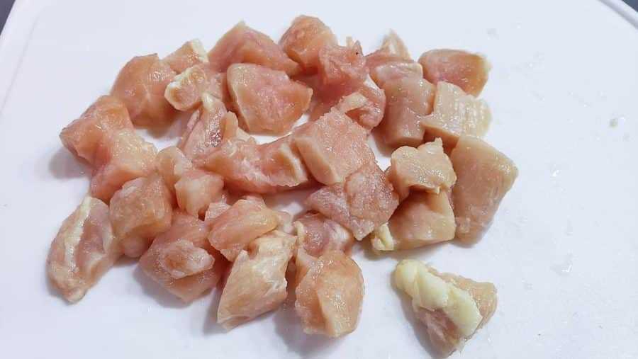 "pollo cortado en cubitos en una tabla de cortar ""srcset ="" https://cdn1.zonacooks.com/wp-content/uploads/2020/02/Easy-Chicken-and-Rice-Bake-Dinner-for-Two-3-900x507. jpg 900w, https://cdn1.zonacooks.com/wp-content/uploads/2020/02/Easy-Chicken-and-Rice-Bake-Dinner-for-Two-3-500x282.jpg 500w, https: // cdn1.zonacooks.com/wp-content/uploads/2020/02/Easy-Chicken-and-Rice-Bake-Dinner-for-Two-3-768x432.jpg 768w, https://cdn1.zonacooks.com/wp -content / uploads / 2020/02 / Easy-Chicken-and-Rice-Bake-Bake-Dinner-for-Two-3-320x180.jpg 320w, https://cdn1.zonacooks.com/wp-content/uploads/2020/ 02 / Easy-Chicken-and-Rice-Bake-Bake-Dinner-for-Two-3-480x270.jpg 480w, https://cdn1.zonacooks.com/wp-content/uploads/2020/02/Easy-Chicken-and -Rice-Bake-Dinner-for-Two-3-720x405.jpg 720w, https://cdn1.zonacooks.com/wp-content/uploads/2020/02/Easy-Chicken-and-Rice-Bake-Dinner- for-Two-3-735x414.jpg 735w, https://cdn1.zonacooks.com/wp-content/uploads/2020/02/Easy-Chicken-and-Rice-Bake-Dinner-for-Two-3.jpg 1000w ""tamaños ="" (ancho máximo: 900px) 100vw, 900p X"