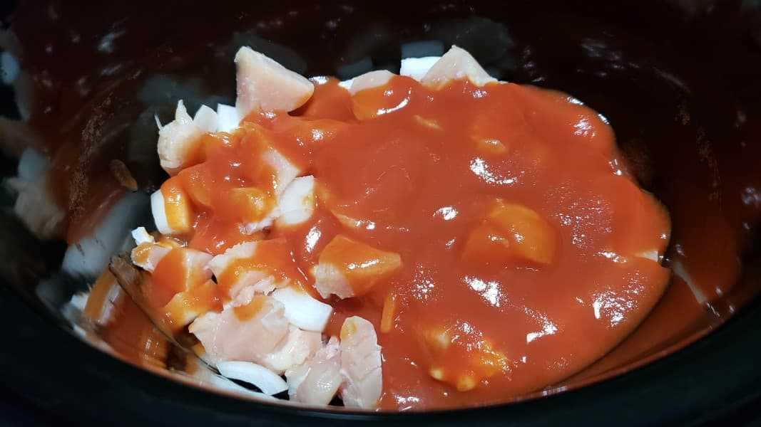 """cebollas, pollo y salsa de tomate en una olla de cocción lenta """"srcset ="""" https://cdn1.zonacooks.com/wp-content/uploads/2018/09/Slow-Cooker-Crockpot-Chicken-Tikka-Masala-Recipe-for-Two -3.jpg 1067w, https://cdn1.zonacooks.com/wp-content/uploads/2018/09/Slow-Cooker-Crockpot-Chicken-Tikka-Masala-Recipe-for-Two-3-500x281.jpg 500w """"tamaños ="""" (ancho máximo: 1067px) 100vw, 1067px"""