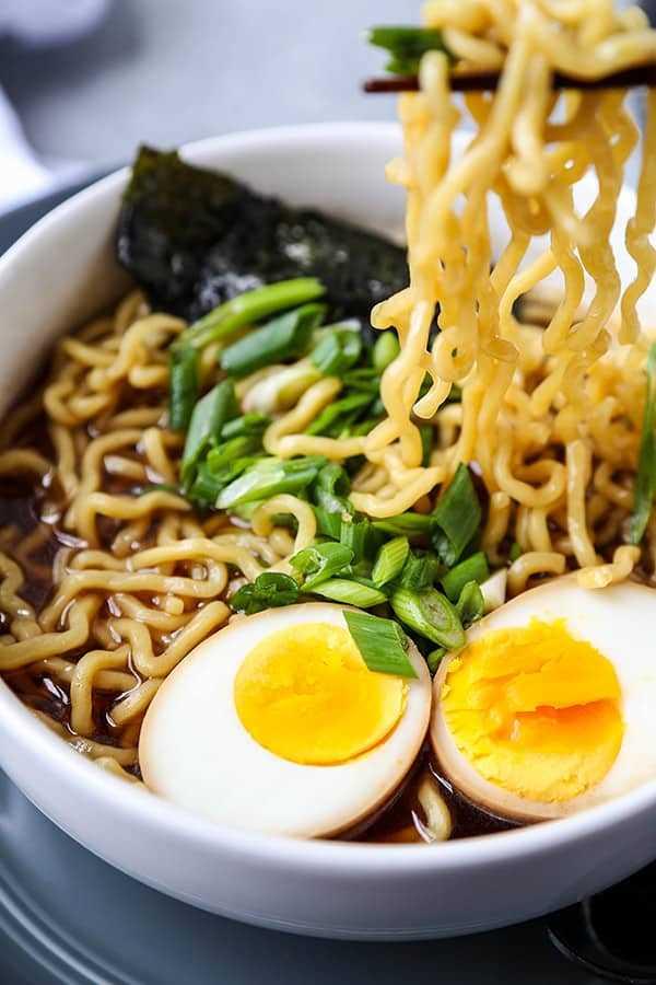 Shoyu Ramen: ¡esta es una receta casera de fideos ramen shoyu casera (salsa de soja) que te encantará! Repleto de umami, sutilmente salado y de nuez, ¡esta es una sopa de fideos asiáticos que prepararás una y otra vez! ¡Sirve con un huevo de ramen! #ramen #receta saludable #japanesefood #soup #souprecipes | pickledplum.com