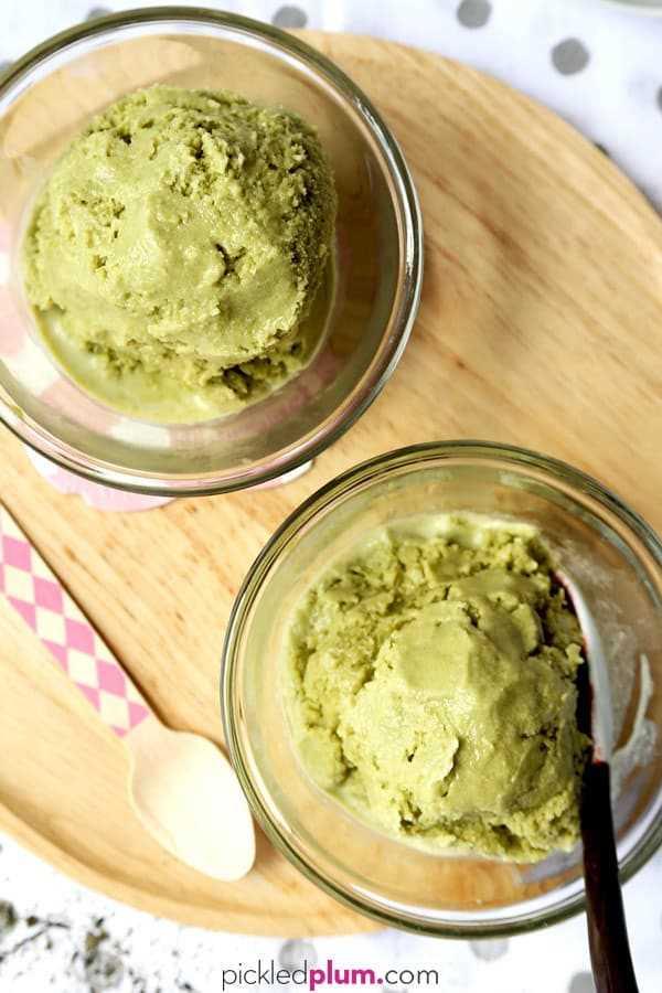 Helado de Matcha: ¿Sabía que solo se necesitan 6 ingredientes para hacer helado cremoso de matcha en casa? Y ni siquiera necesitas una máquina de helados para hacerlo. ¡El resultado es un helado de té verde con calidad de restaurante que encantará a toda su familia! Fácil, sin batido, postre japonés   pickledplum.com