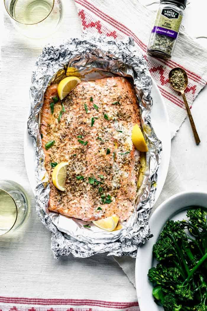 mira el paquete de aluminio con salmón adentro