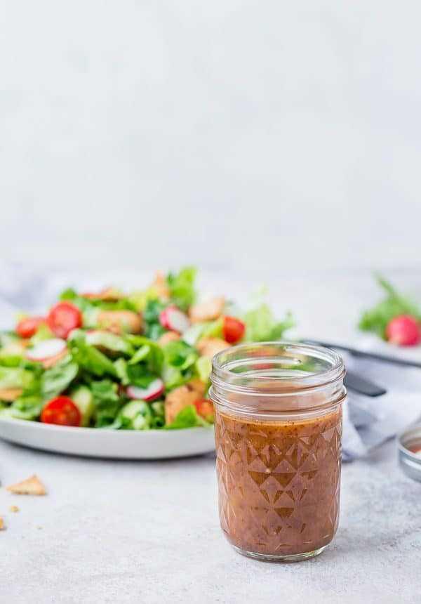 Esta salada fattoush se tornará rapidamente a sua salada favorita. Pão árabe crocante, molho apimentado e muitas ervas frescas farão deste um favorito instantâneo.